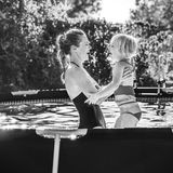 Glückliche gesunde Mutter und Kind beim Swimmingpoolspielen Lizenzfreies Stockbild