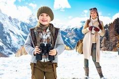 Glückliche gesunde Mutter- und Kindertouristen mit Ferngläsern lizenzfreie stockfotografie