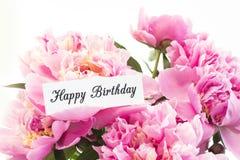 Glückliche Glückwunschkarte mit Blumenstrauß von rosa Pfingstrosen stockbilder