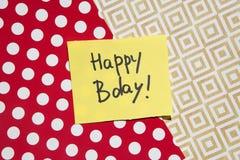 Glückliche Glückwunschkarte, Text auf gelbem Papier mit Rot und Goldhintergrund lizenzfreies stockbild