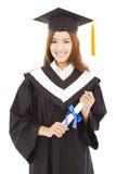 Glückliche graduierte Frau, die Diplom hält Lokalisiert auf Weiß Lizenzfreie Stockbilder