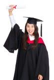 Glückliche graduierte Frau, die Zertifikat hält Lizenzfreie Stockbilder