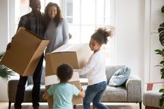 Glückliche große Afroamerikanerfamilie bewegte gerade sich in neues Haus lizenzfreie stockfotos