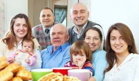 Glückliche große Familie mit drei Generationen Stockfoto