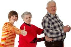 Glückliche Großeltern und Enkelin spielen den Dummkopf Lizenzfreies Stockfoto