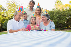 Glückliche Großfamilie, die Geburtstag der kleinen Mädchen feiert Stockbild