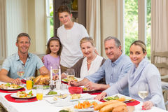 Glückliche Großfamilie, die Kamera auf Weihnachtszeit betrachtet Lizenzfreies Stockbild