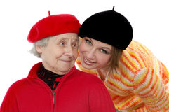 Glückliche Großmutter, die zur Enkelin schaut Stockfotos