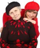 Glückliche Großmutter und Enkelin mit Baretten Stockbild