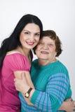 Glückliche Großmutter- und Enkelinumarmung Stockbild