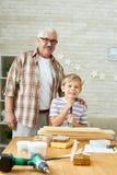Glückliche großväterliche Aufstellung mit nettem Enkel stockfotos