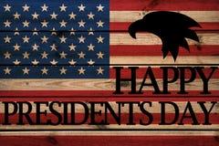 Glückliche Grußkarte Präsidenten Day auf hölzernem Hintergrund lizenzfreie stockfotografie