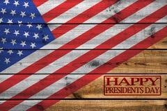 Glückliche Grußkarte Präsidenten Day auf hölzernem Hintergrund lizenzfreies stockbild