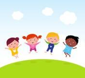 Glückliche Gruppe des multikulturellem Kindspringens Stockbilder