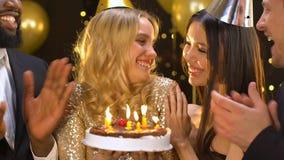 Glückliche Gruppe Freunde, die Dame mit Geburtstag, Schlagkerzen der Frau beglückwünschen stock footage