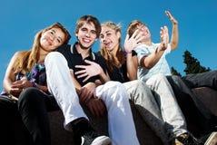 Glückliche Gruppe Freunde, die draußen lächeln lizenzfreies stockfoto