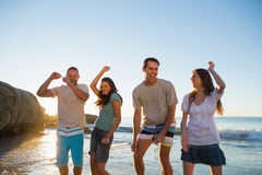 Glückliche Gruppe Freunde, die zusammen tanzen Lizenzfreie Stockbilder
