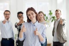 Glückliche Gruppe gemischtrassige Geschäftsleute zuhause stockbild