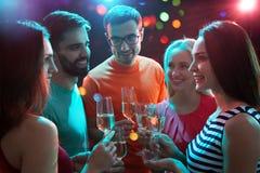 Glückliche Gruppe junge Freunde lizenzfreies stockfoto