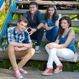 Glückliche Gruppe junge Leute, die draußen aufwerfen Stockfoto