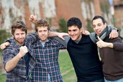 Glückliche Gruppe Jungen draußen lizenzfreie stockfotografie