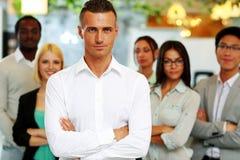 Glückliche Gruppe Mitarbeiter mit den Armen gefaltet lizenzfreies stockfoto