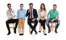 Glückliche Gruppe von Personen, die auf ein Vorstellungsgespräch wartet lizenzfreie stockfotografie
