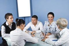 Glückliche Gruppe von Personen, die Gespräch hat Lizenzfreie Stockbilder
