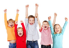 Glückliche Gruppenkinder mit ihren Händen oben Stockfotos