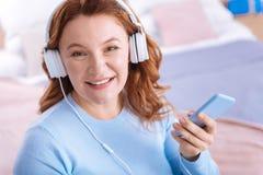 Glückliche hübsche Frau, die Musik hört Stockfoto