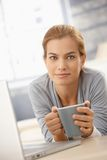 Glückliche hübsche Frau mit Kaffeetasse Lizenzfreie Stockbilder