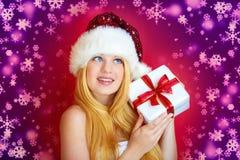 Glückliche hübsche Frau mit Weihnachtsgeschenk Lizenzfreie Stockfotos