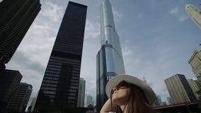 Glückliche hübsche Frau steht auf dem Kai mit dem Haarwellenartig bewegen stock footage