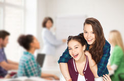 Glückliche hübsche Jugendlichen, die Spaß in der Schule haben Lizenzfreie Stockfotografie