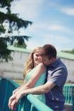 Glückliche hübsche Paare Stockfotos