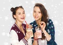 Glückliche hübsche Trinkmilcherschütterungen der Jugendlichen Lizenzfreie Stockbilder
