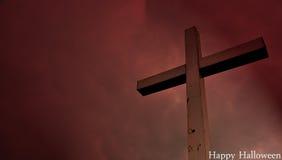 Glückliche Halloween-Postkarte: Kreuz aufgestellt auf einem Hügel in den drastischen Wolken Stockbilder