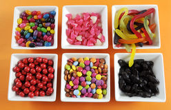 Glückliche Halloween-Süßigkeit in den quadratischen weißen Schüsseln lizenzfreies stockfoto