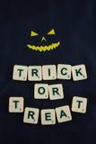 Glückliche Halloween-Wünsche mit Dämongesicht Stockfoto