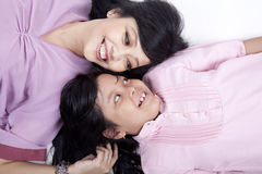 Glückliche Haltung der Mutter und der Tochter Stockfotos