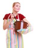Glückliche Hausfrau oder Chef im Küchenschutzblech mit Topf des Suppenschöpflöffels Stockfoto