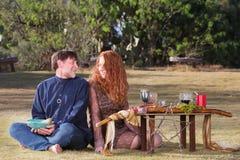 Glückliche heidnische Paare am Altar Lizenzfreie Stockfotografie