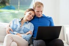Glückliche Heirat mit Laptop Stockfoto