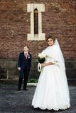 Glückliche herrliche blonde Braut und stilvoller hübscher Bräutigam mit wahrem Lizenzfreies Stockbild
