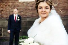 Glückliche herrliche blonde Braut und stilvoller hübscher Bräutigam mit wahrem Lizenzfreie Stockbilder