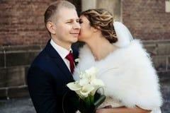 Glückliche herrliche blonde Braut und stilvoller hübscher Bräutigam mit wahrem Lizenzfreies Stockfoto