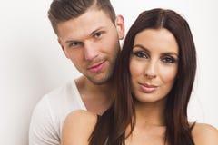 Glückliche heterosexuelle Paarumfassung Stockfotos