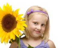 Glückliche hhild Holdingsonnenblume in den Händen Stockbilder