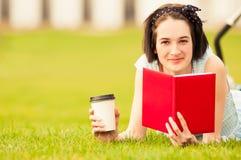 Glückliche Hippie-Frau in der Nahaufnahme lächelnd und ein Buch lesend Stockfotografie