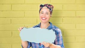 Glückliche Hippie-Geschäftsfrau, die ein leeres Zeichen mit Raum für Kopie hält stockfotos